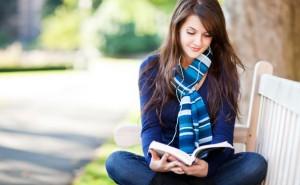 wanita-membaca-buku