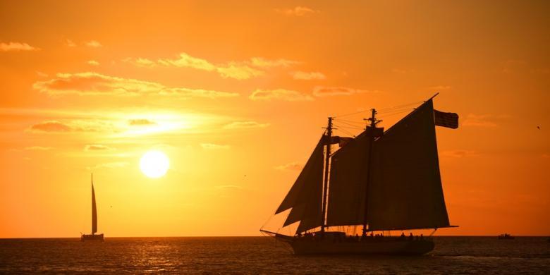 Matahari terbenam dan kapal layar di Key West, Florida, Amerika Serikat.