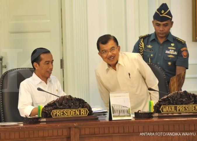 Presiden Joko Widodo (kiri) didampingi Wapres Jusuf Kalla (kanan) memimpin sidang kabinet paripurna di Kantor Presiden, Jakarta, Senin (17/11)