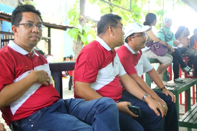 Eka Afriadi Irvandi Gustari dan Afrial Abdullah saat memberikan semangat untuk tim Futsal prestasi Bank Riau Kepri