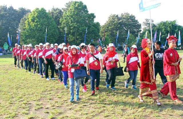 Rombongan Kontingen Defile Bank Riau Kepri saat Opening Ceremony Porseni