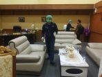 Penyemprotan disinfektan di ruang pimpinan DPRD Riau