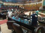 Penyemprotan disinfektan di ruang rapat Paripurna DPRD Riau